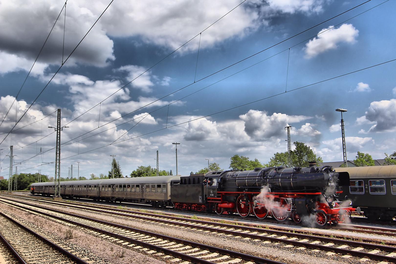Die 01202 auf der Durchfahrt des Bahnhofs Neustadt-Böbig