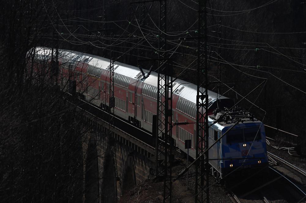 Die 111 017 auf dem Traunsteiner Viadukt