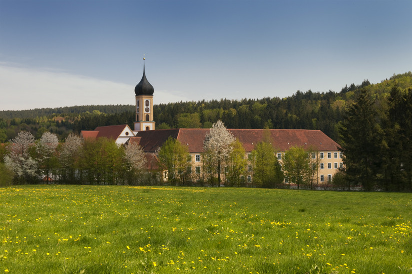 Die Abtei Oberschönenfeld im Frühling
