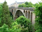 Die Adolphe-Brücke über dem Petrustal in Luxemburg