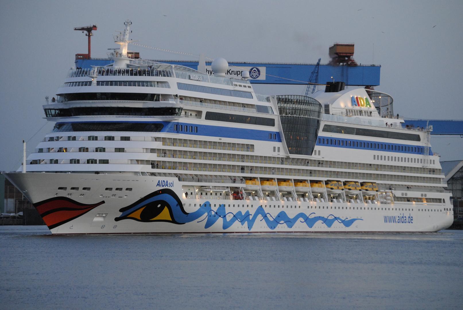 Die AIDAsol beim drehen im Kieler Hafen3