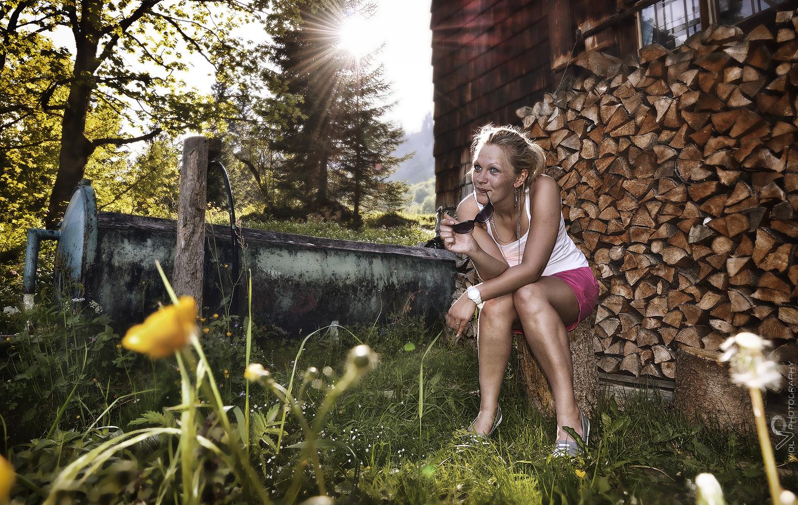 Die Alm-Susi vor ihrer Hütte