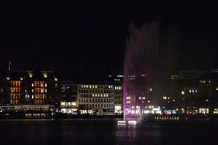 Die Alsterfontäne leuchtet in Pink,