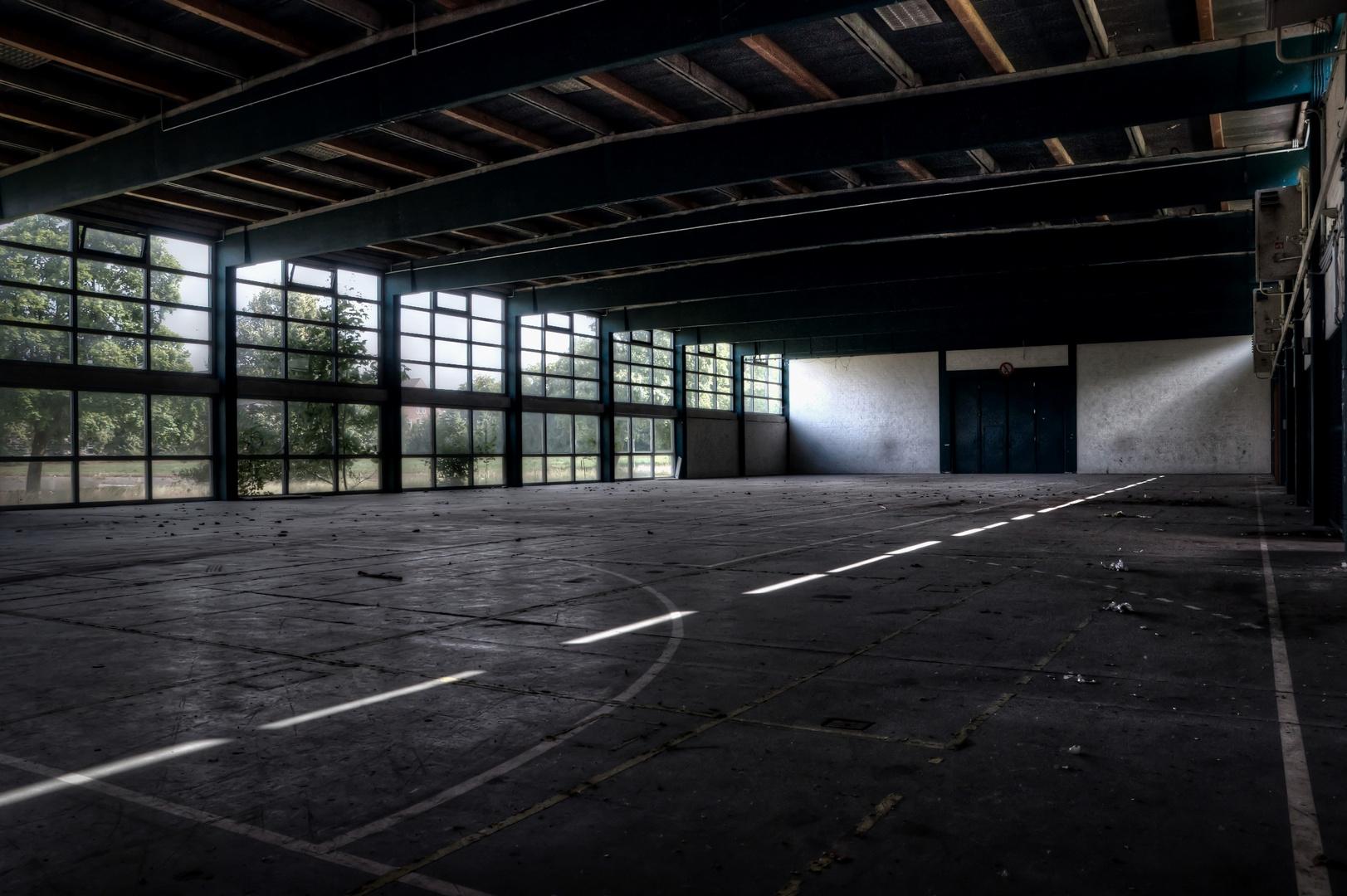 die alte Sporthalle hinterm Zaun ...