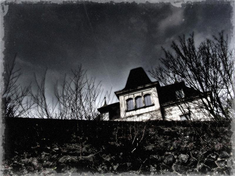 Die alte Villa am Fluss