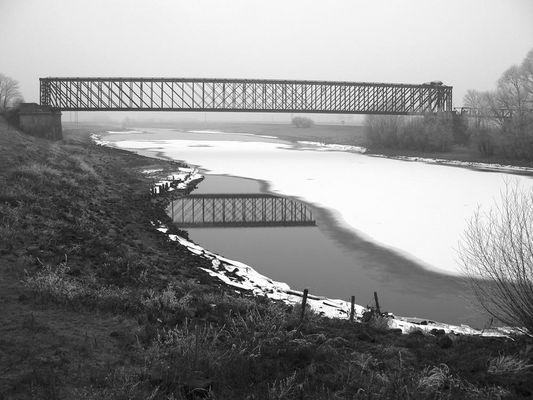 Die Altrheinbrücke in Griethausen ...