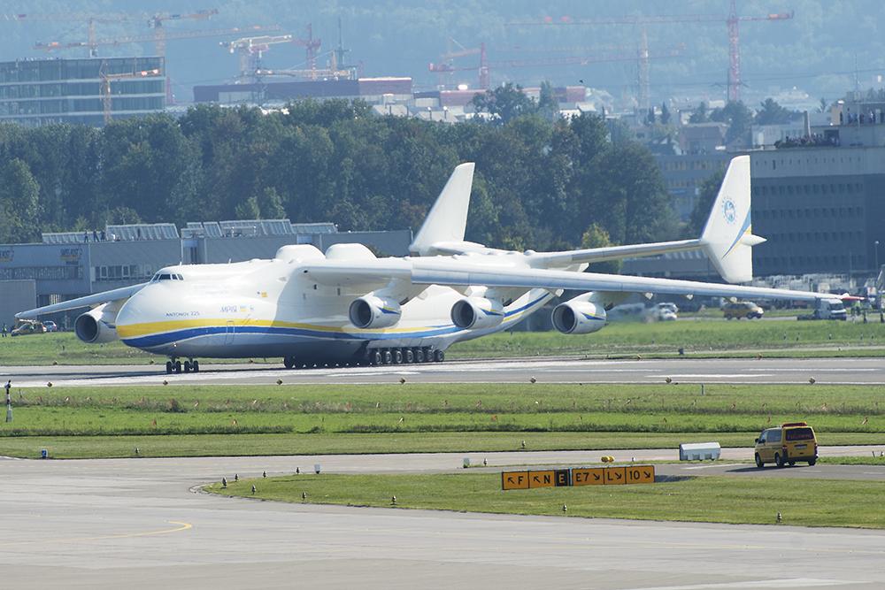 Die An-225 rollt zum Start, Piste 16