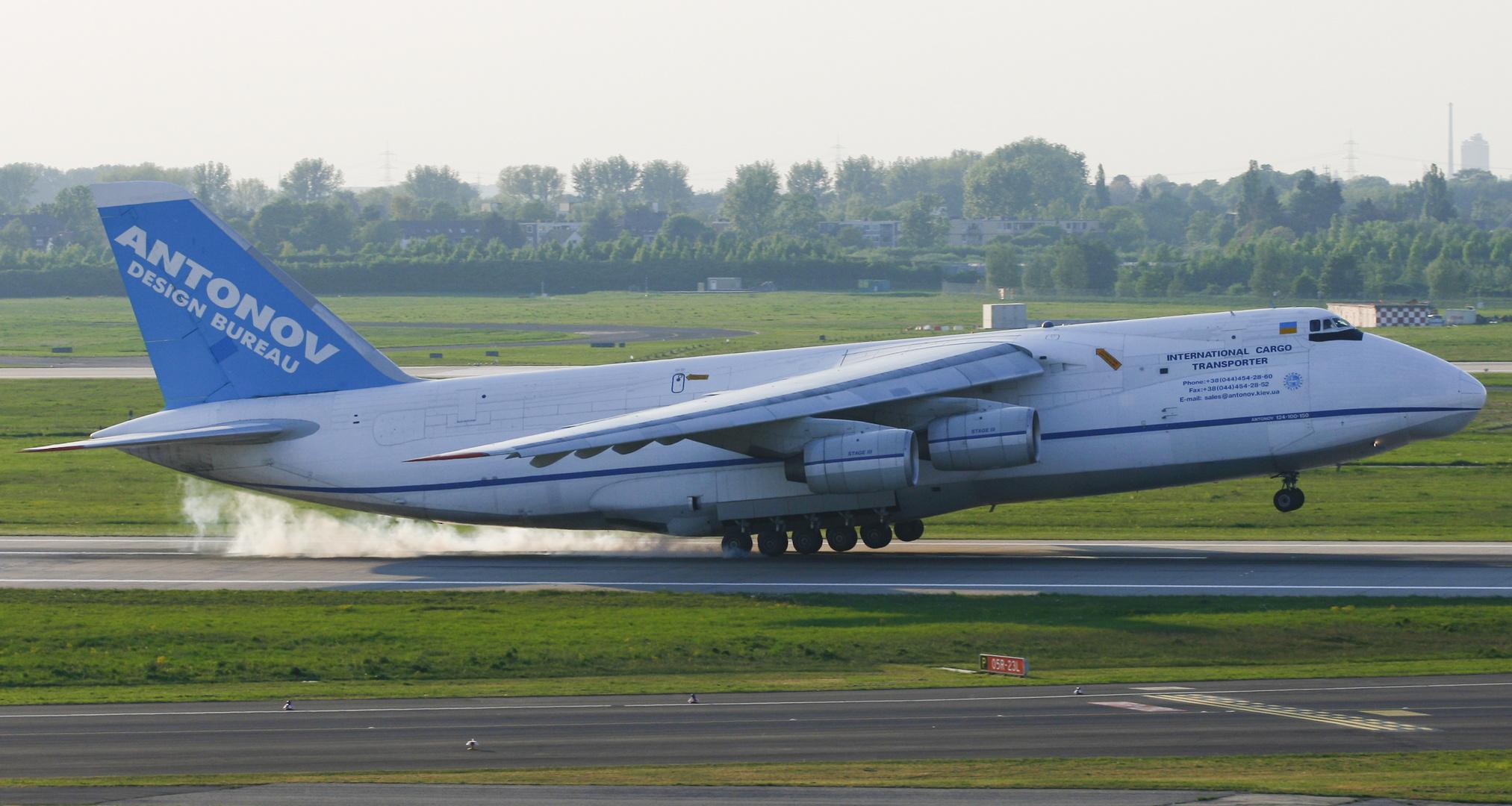 Die Antonov Design Bureau Antonov AN-124-100 in Düsseldorf