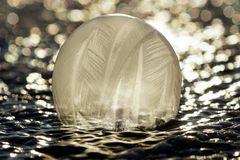 Die auf dem Eis glitzert... Seifenblase am Morgen