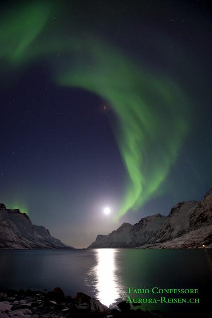 Die Aurora tanzt im Scheinwerferlicht des Mondes
