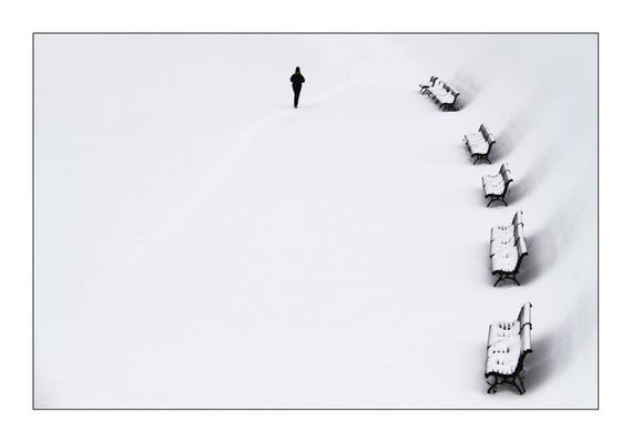 die Bänke im Schnee