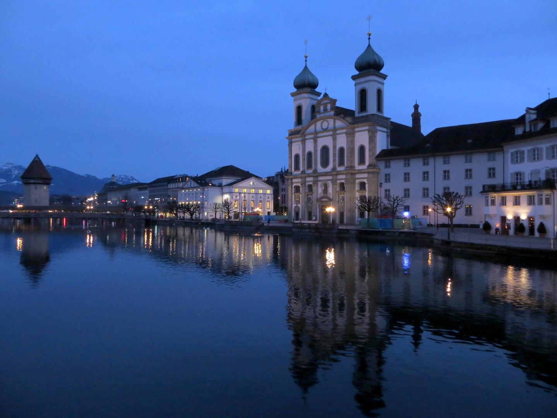 Die Bahnhofstrasse mit der Jesuitenkirche ...