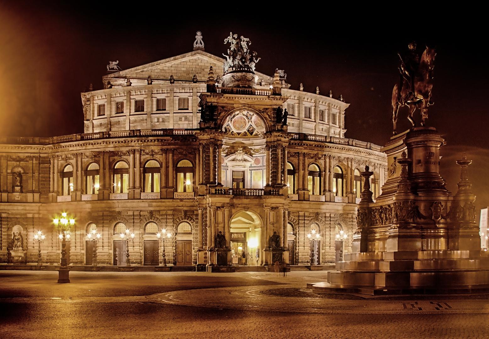 Die bekannte Oper! Manche denken es sei die Brauerei von Radeberger! ;-)