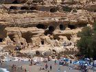 die bekannten Höhlen von Matala auf Kreta im Sommer
