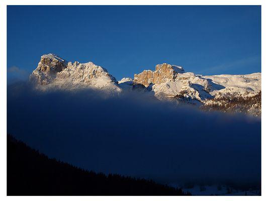 Die Berge erwachen und schütteln ihr Nebelbett ab