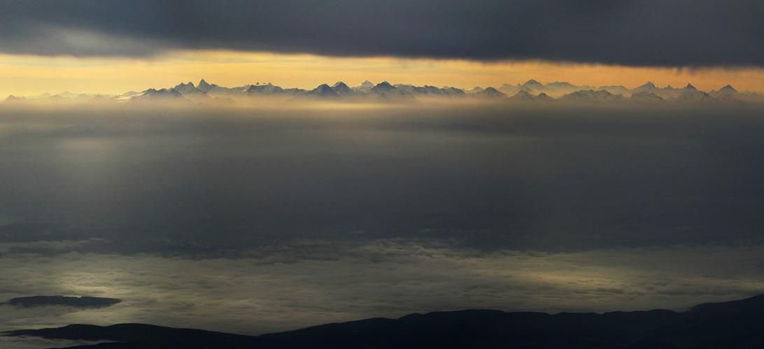 Die Berner Alpen im Morgenlicht
