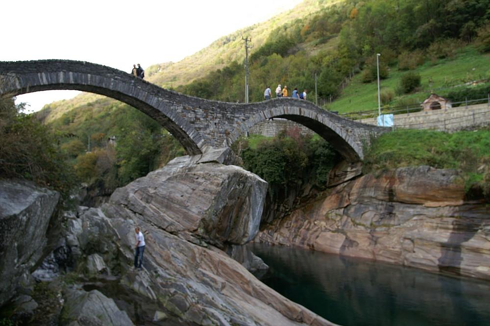 die berühmte Steinbrücke im Val Verzasca (TI/CH) II
