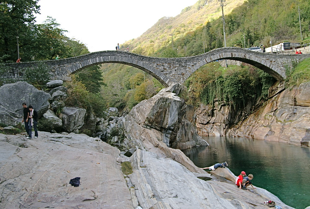 die berühmte Steinbrücke im Val Verzasca (TI/CH) III