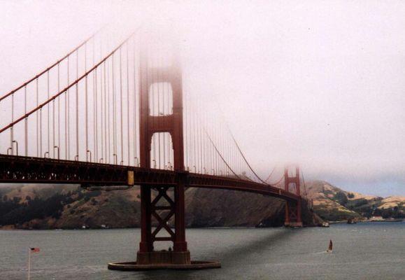 Die berühmteste Brücke der Welt im Nebel