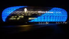 Die blau angestrahlte Allianzarena bei Nacht
