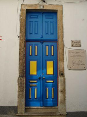 ... die blau-gelbe Tür... irgendwo in Lissabon