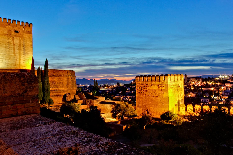 Die blaue Stunde auf der Alhambra mit Blick auf Granada erleben.