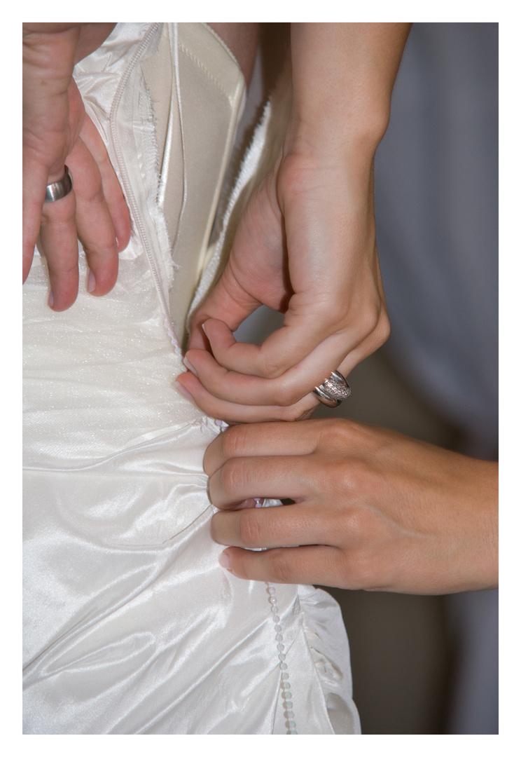 Die Braut beim Anziehen