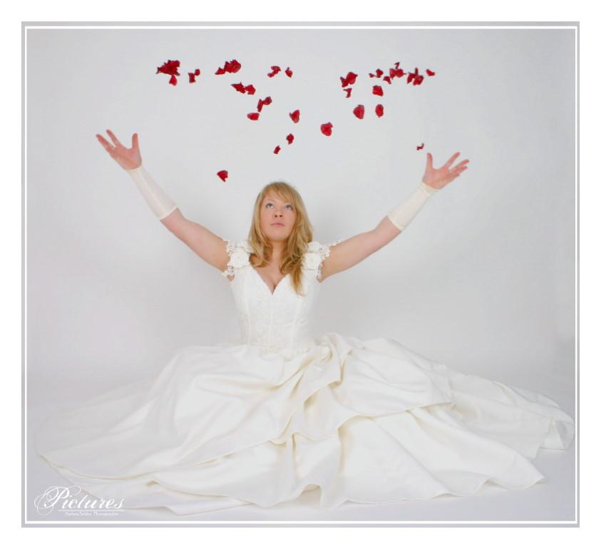 Die Braut im Rosenregen..
