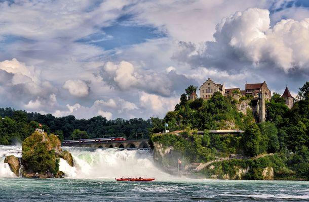 Die Brücke, der Rheinfall und das Schloß