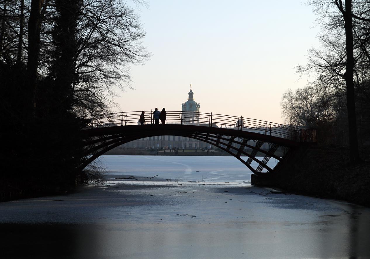 Die Brücke im Schloßpark
