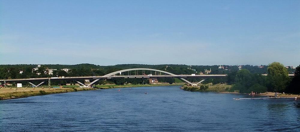 Die Brücke über die Elbe.......