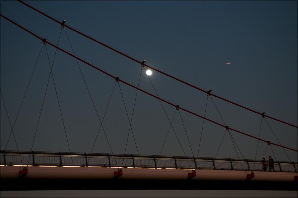 die Brücke und der Mond