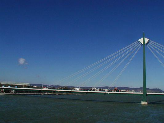 Die Brücke und die Wolke