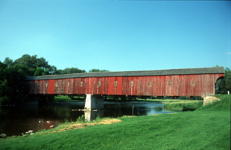 Die Brücken am Fluss: Überdachte Straßenbrücke nahe St. Jakob, On, Canada