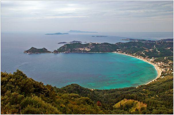 Die Bucht von Agios Georgios ...