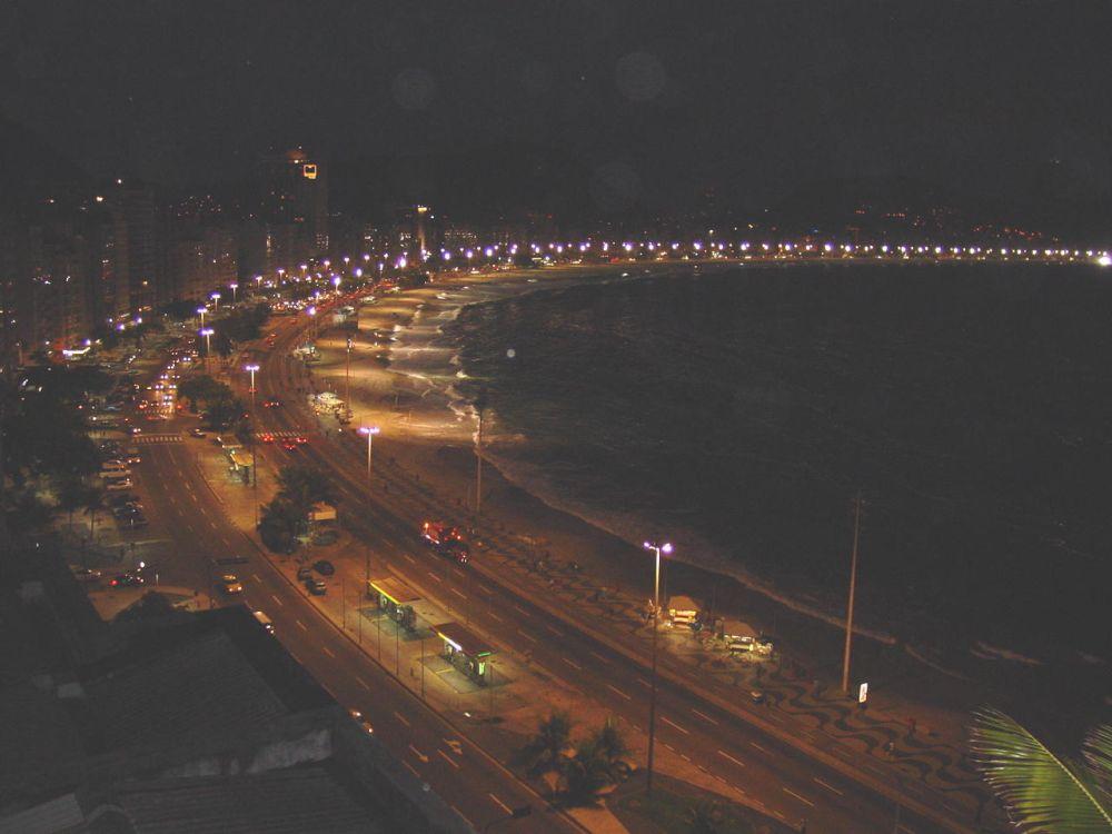 die Bucht von Copacabana bei Nacht