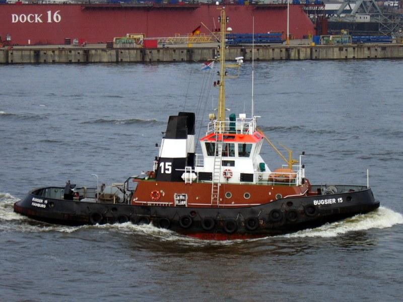 """Die """" BUGSIER 15 """" auf dem Weg zur Arbeit , im Hamburger Hafen ."""