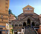 Die bunte Fassade des eindrucksvollen Doms von Amalfi