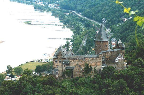 Die Burg Stahleck (bei Bacharach) drohnt über dem Rhein
