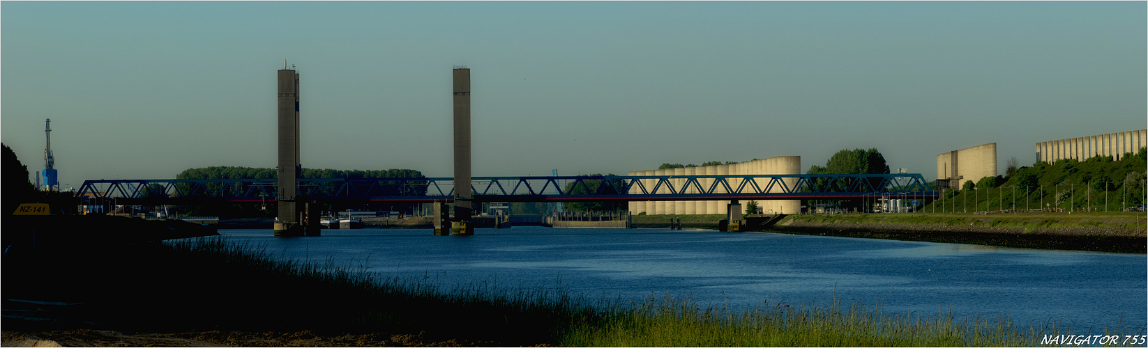Die Calandbrücke bei Rozenburg. / Rotterdam