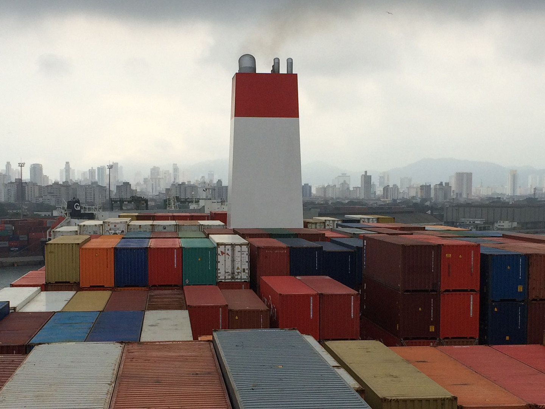 """Die """"Cap San Lorenzo"""" wendet im Hafen von Santos"""