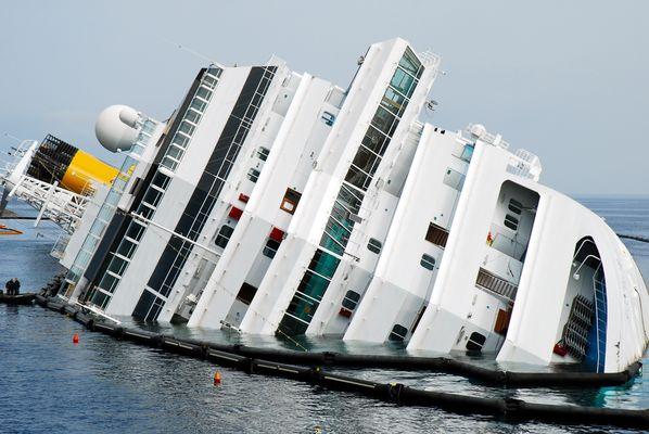 """Die Costa Concordia nach ihrer """"Verneigung""""."""