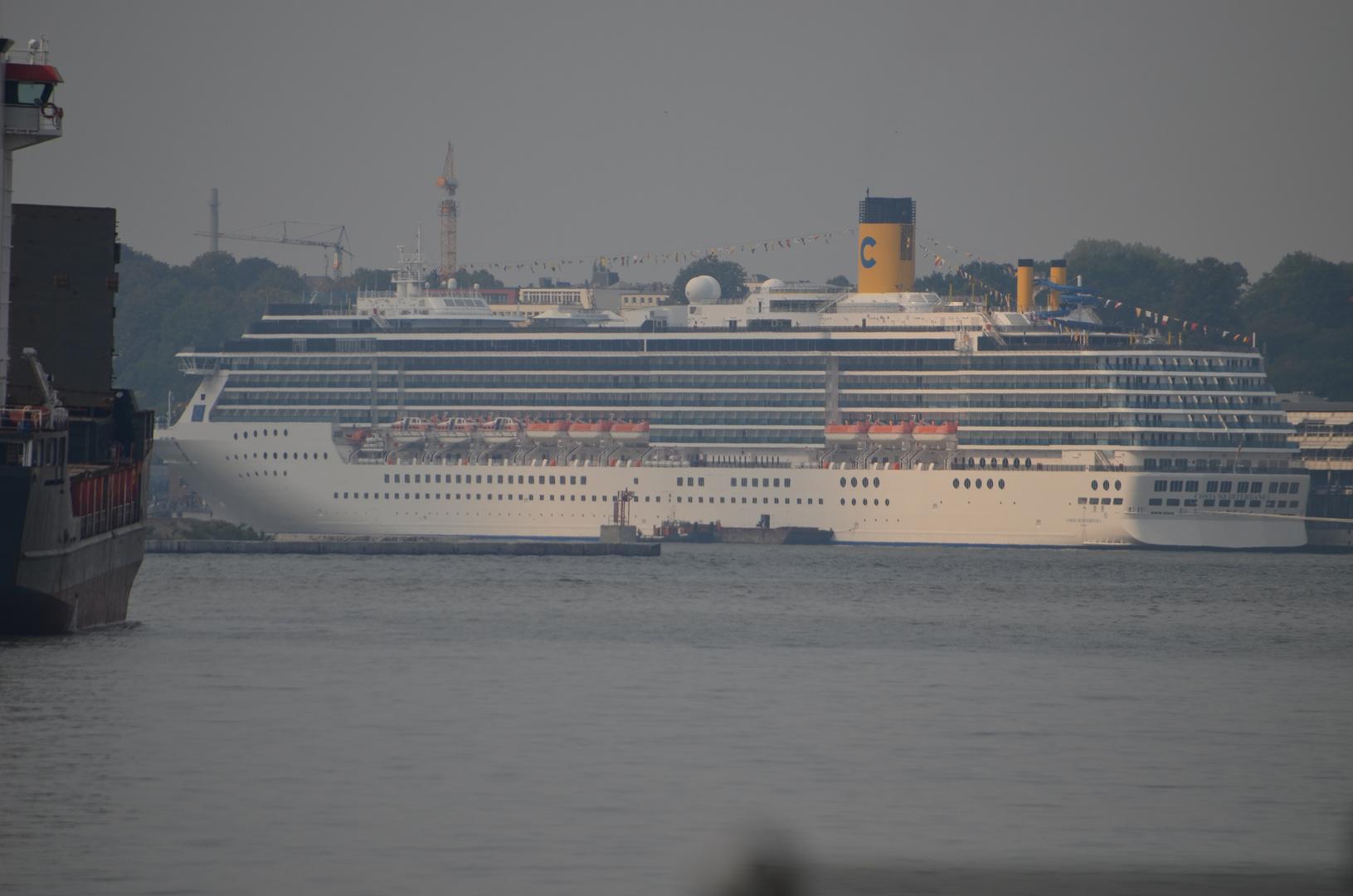 Die Costa Mediterranea zu Besuch in Hamburg