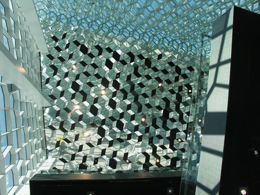 Die Decke des Foyers der Konzerthalle in Reykjavik.