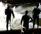 DIE, DIE AUF DER ISARWELLE SURFEN