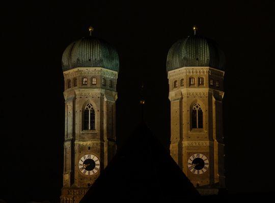 """Die Doppeltürme der Münchner """"Frauenkirche""""."""