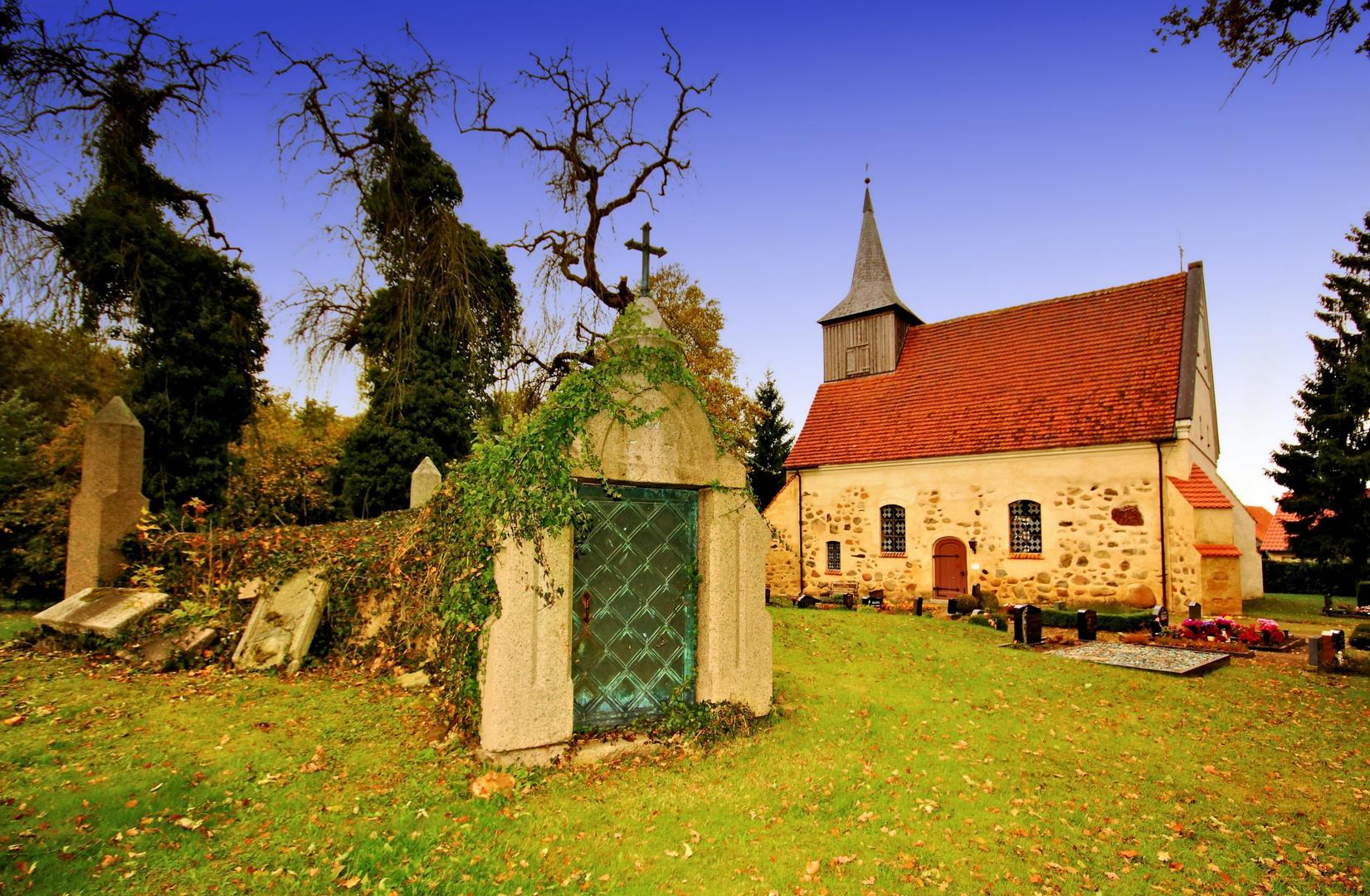Die Dorfkirche von Bülow (bei Crivitz) mit der Gruft der Grabkapelle