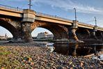 Die Dresdner Marienbrücke steht fasst auf dem Trockenen.