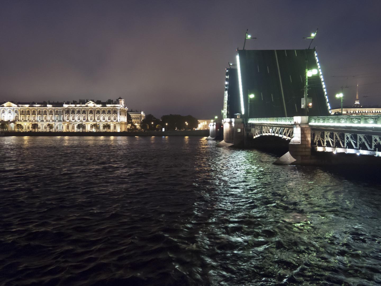 Die Dvortsovyy Brücke über die Newa bei Nacht