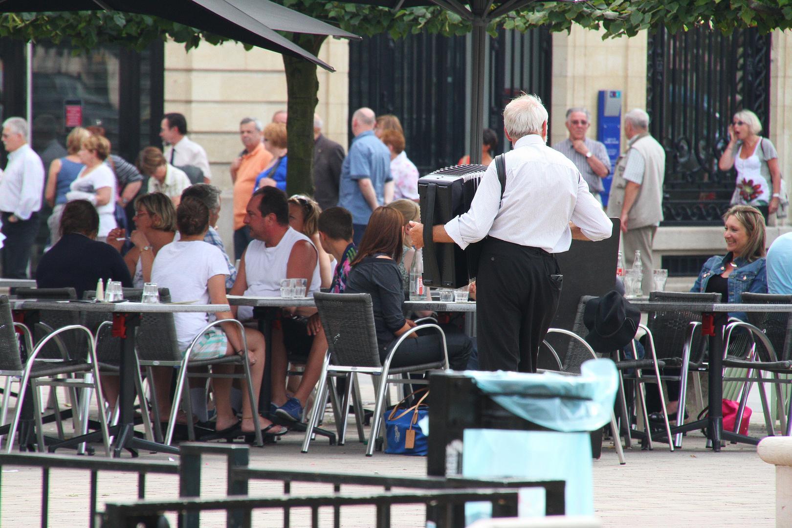 Die Einsamkeit des Straßenmusikers